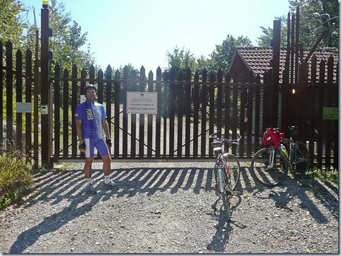 Primož pred ograjo