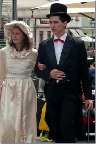 mladi par v starih oblekah