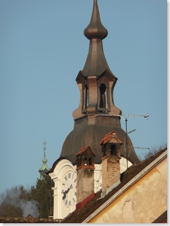 Stara cerkev, zadaj Trojica